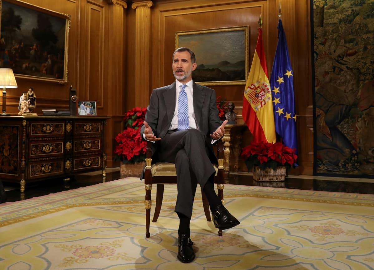 Kuningas Felipe VI kuvattuna Espanjan kuningasperheen asunnossa Palacio de la Zarzuelassa Madridissa.