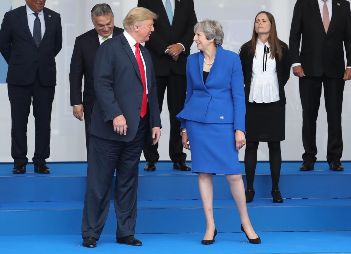 Poliitikot kuvaustilanteessa Brysselissä
