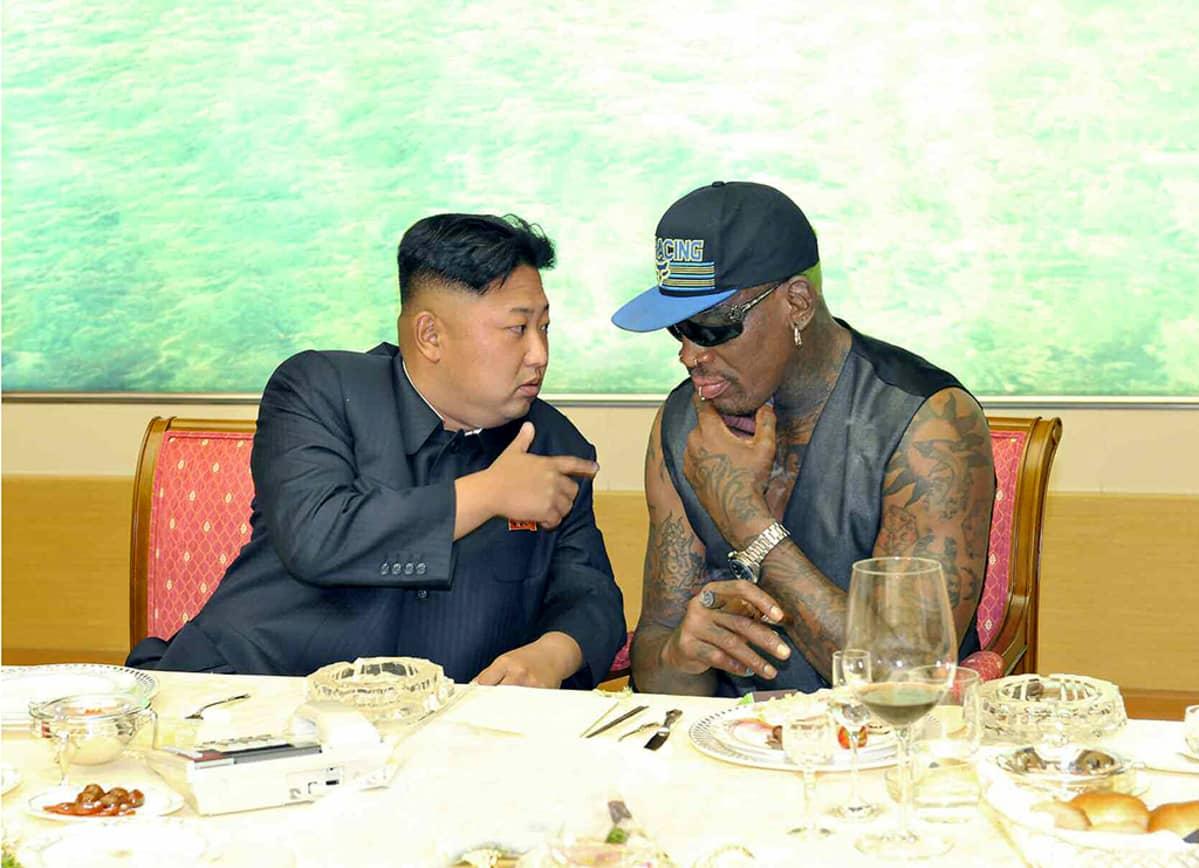 Pohjois-Korean johtaja Kim Jong-un ja entinen koripalloilija Dennis Rodman päivällisellä Pjongjangissa 7. syyskuuta pohjoiskorealaisen uutistoimiston KCNA:n mukaan.
