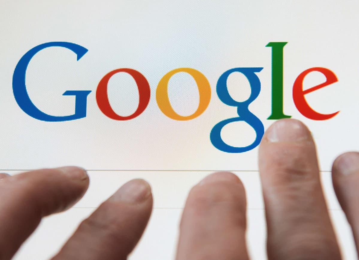 Henkilö käyttämässä Googlen hakukonetta.