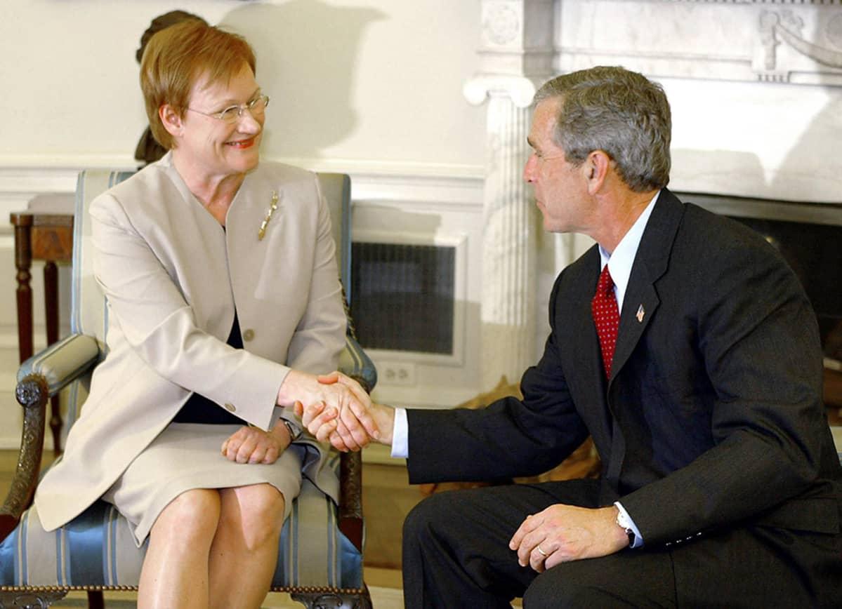 Presidentit Tarja Halonen ja George W. Bush.