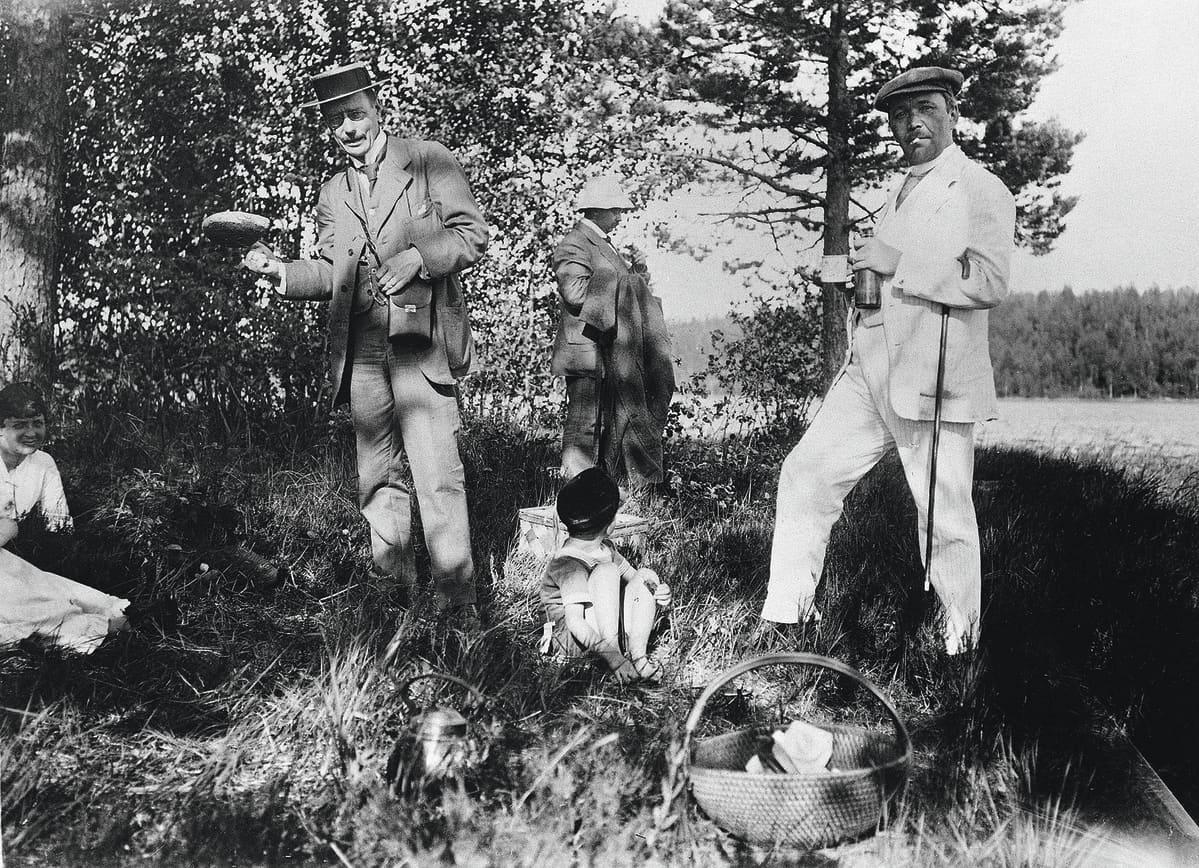 Eino Leino (oik.) kesäisellä retkellä Roschierin maatilalla Rautalammilla vuonna 1917. Mukana myös Georg Schauman (vas.) ja Rolf Roschier.