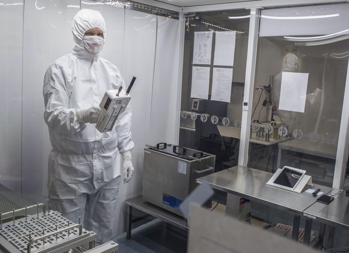 Injeqin laatuinsinööri Teemu Tapio mittaa laboratorion puhtautta.
