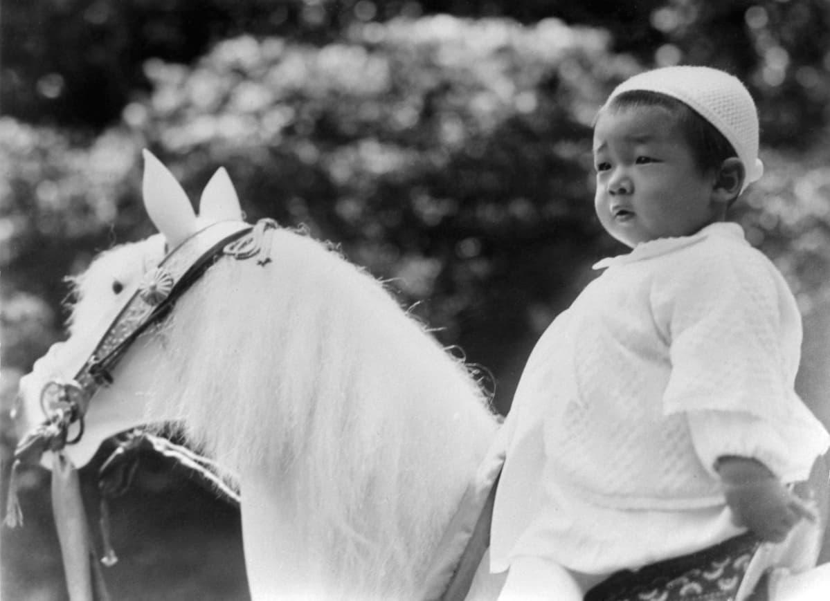 Puolitoistavuotias keisari leluhevosen selässä.