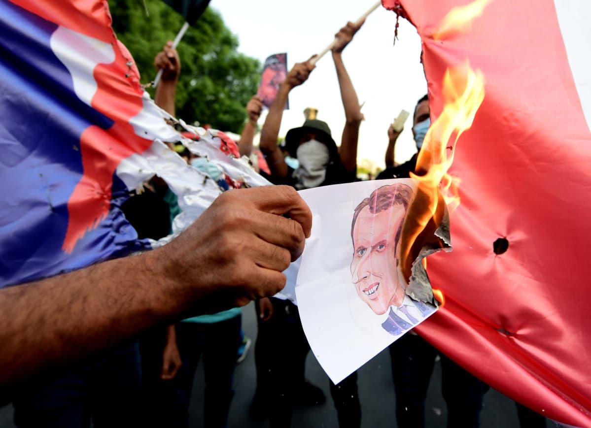 Lippu palaa, Emmanuel Macronin kuva palaa