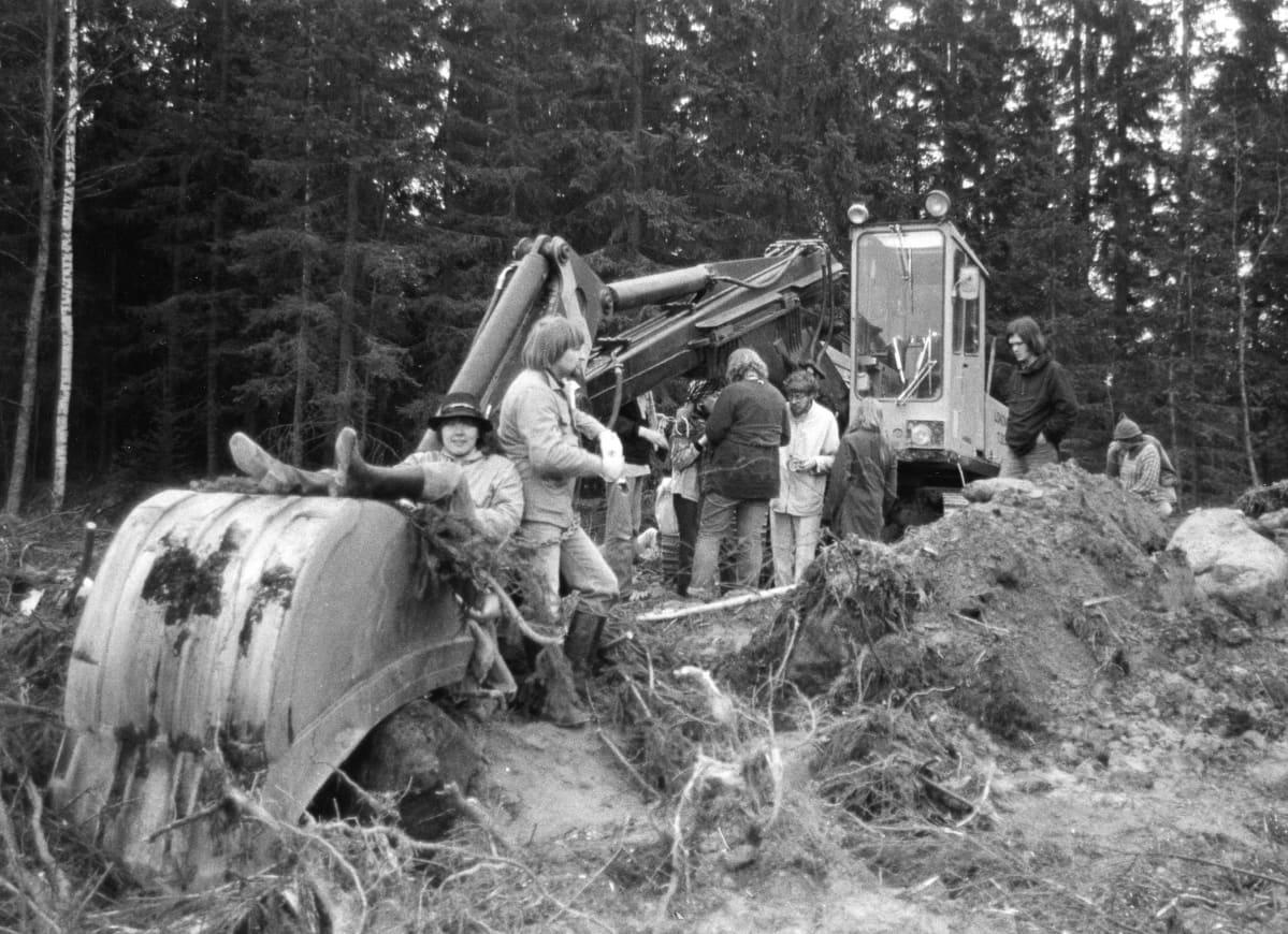 Luontoaktivistit ja kaivuri