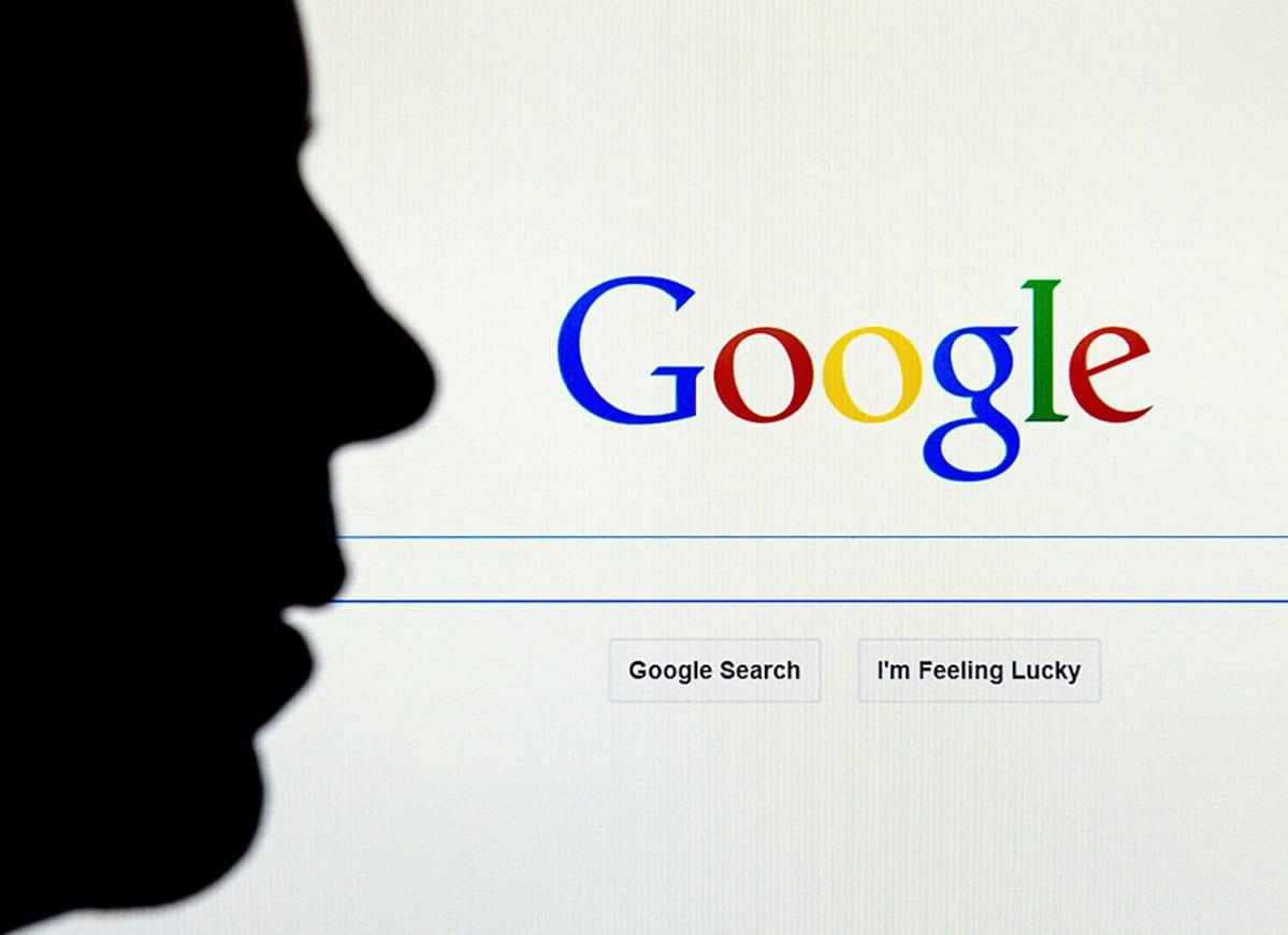 Kasvojen musta siluetti on vastakkain Googlen haku -sivuston kanssa.