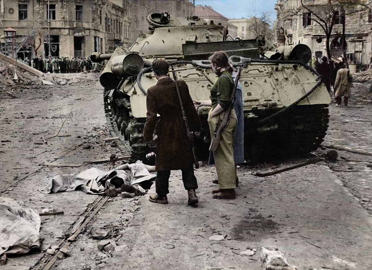 Kapinallisia Neuvostoliiton hylätyn panssarivaunun edustalla Budapestissa marraskuussa vuonna 1956.