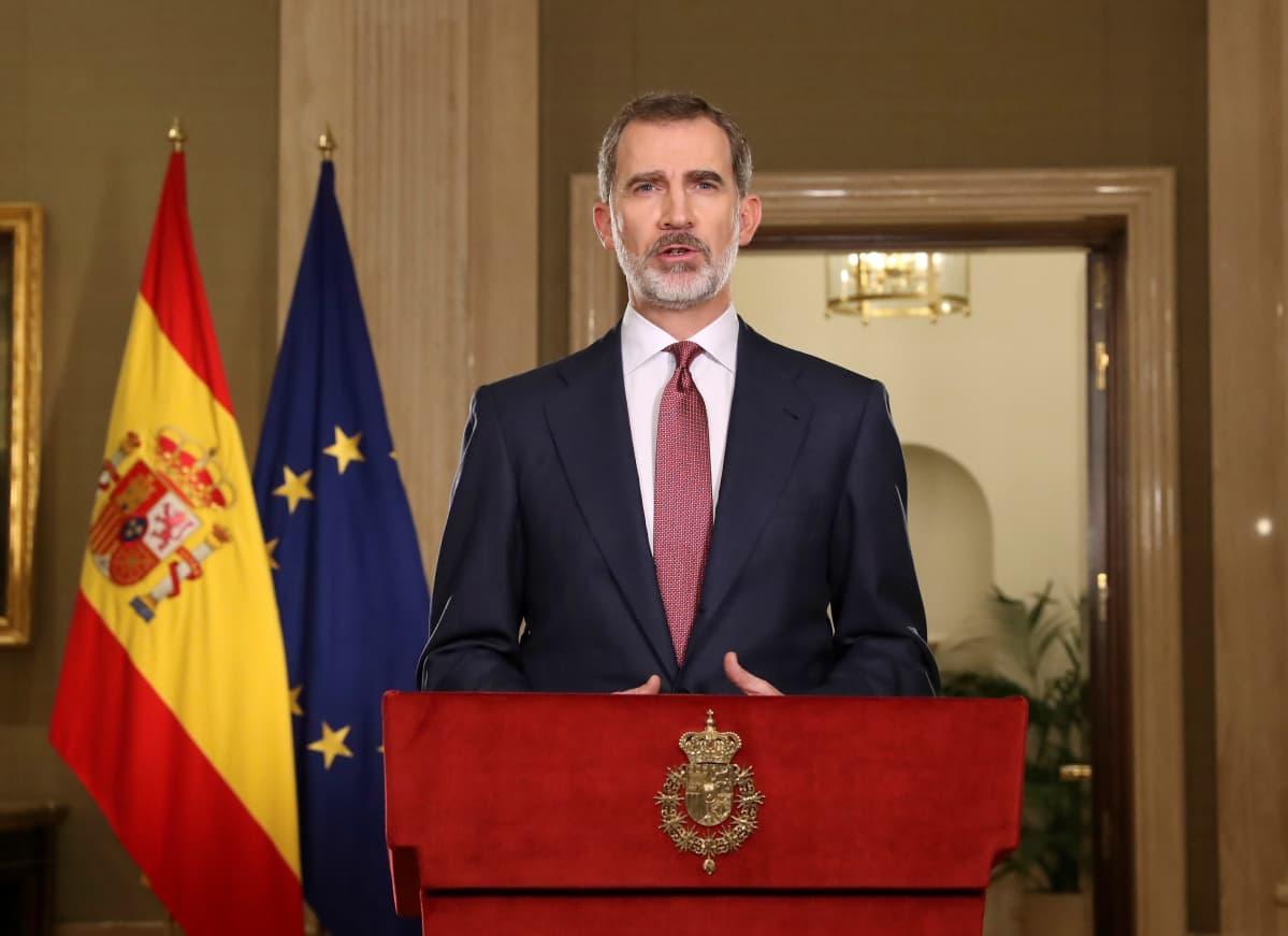 Kuningas Felipe pitämässä puhetta. Taustalla Espanjan ja EU:n liput.