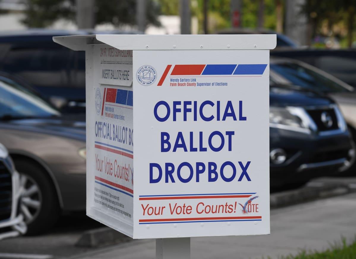 Laatikko postiäänten jättämistä varten. Valkoisessa metallilaatikossa lukeen englanniksi: Official Ballot Dropbox.
