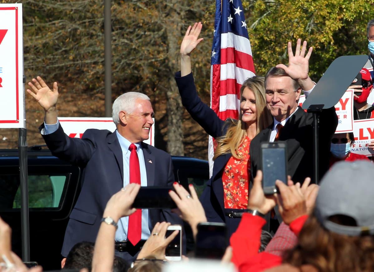 Mike Pence, Kelly Loeffler ja David Perdue vilkuttavat yleisölle