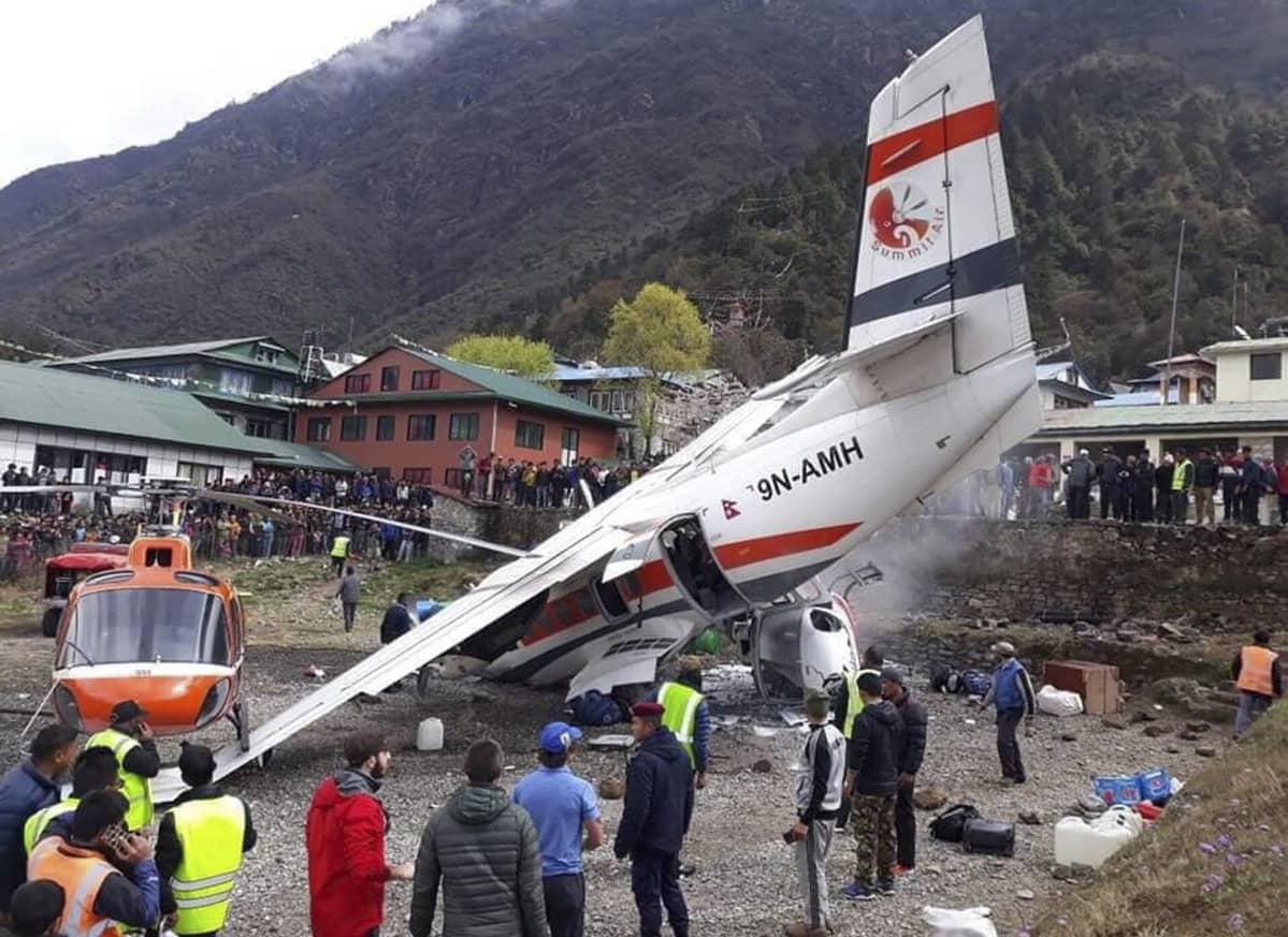 Kanadalaisvalmisteinen Twin Otter -pienkone törmäsi tuntemattomasta syystä kentällä olleeseen helikopteriin Tenzing Hillaryn lentokentällä Luklan pikkukaupungissa Nepalissa.