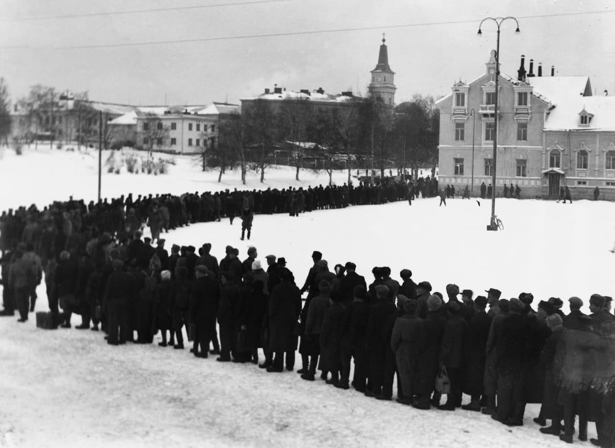 Alkon myymälään jono vuonna 1944 Oulussa.