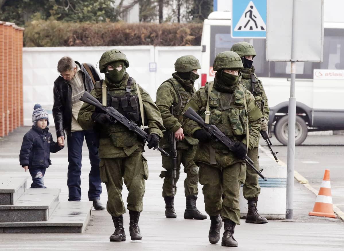 Tunnuksettomia sotilaita kadulla Ukrainassa.