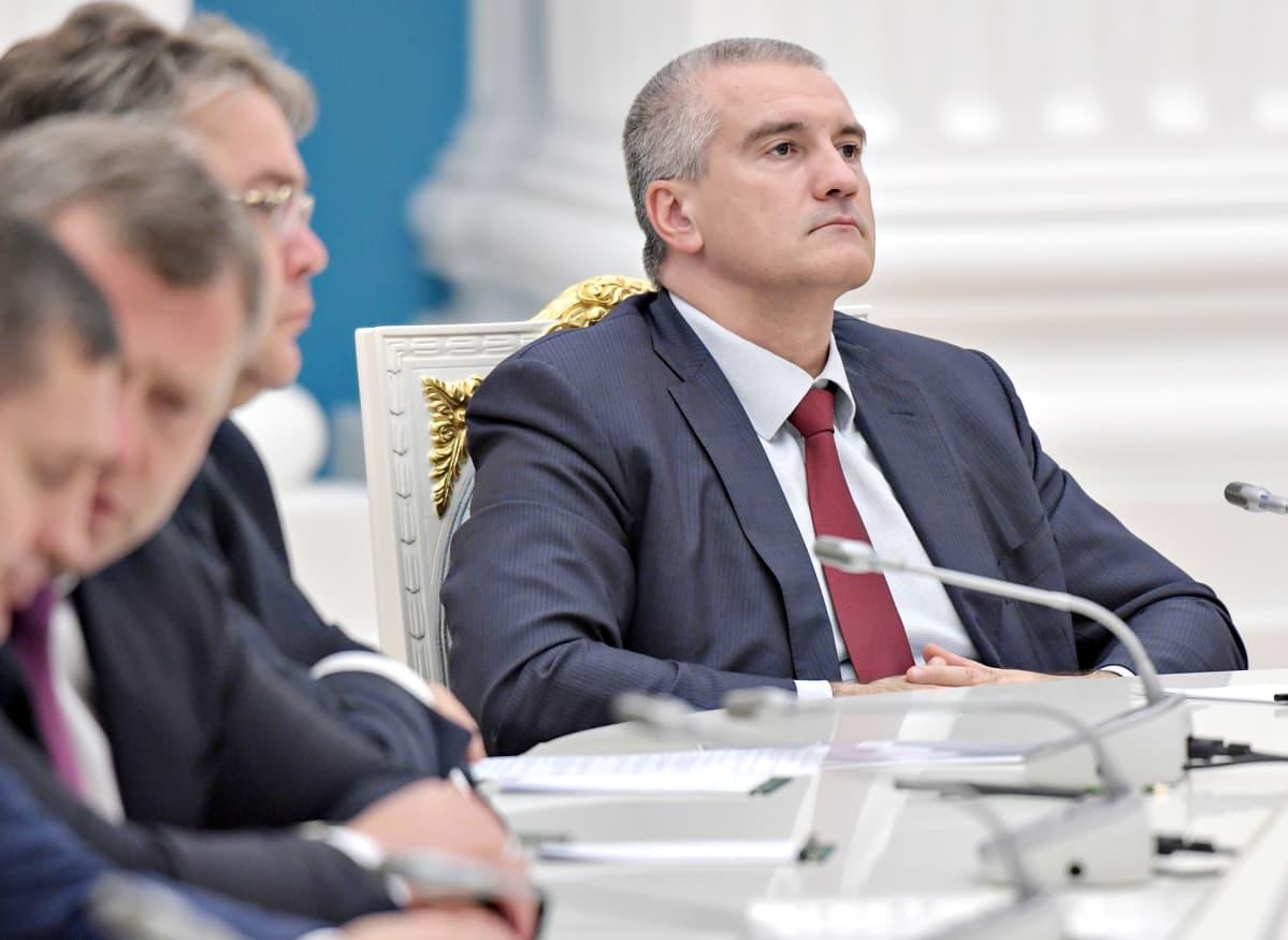 Sergei Aksjonov katsoo eteensä leuka hieman pystyssä.