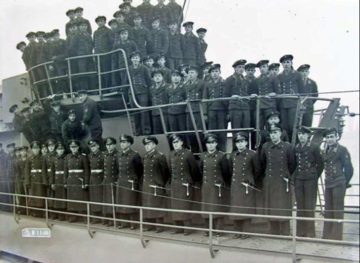 Mustavalkoinen kuva merisotilaista sukellusveneen kannella.