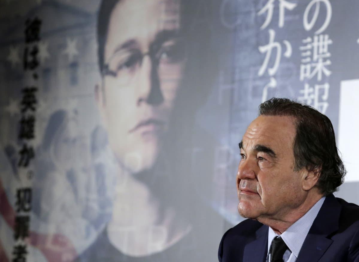 Oliver Stone mainostaa elokuvaansa Snowdenista Tokiossa.