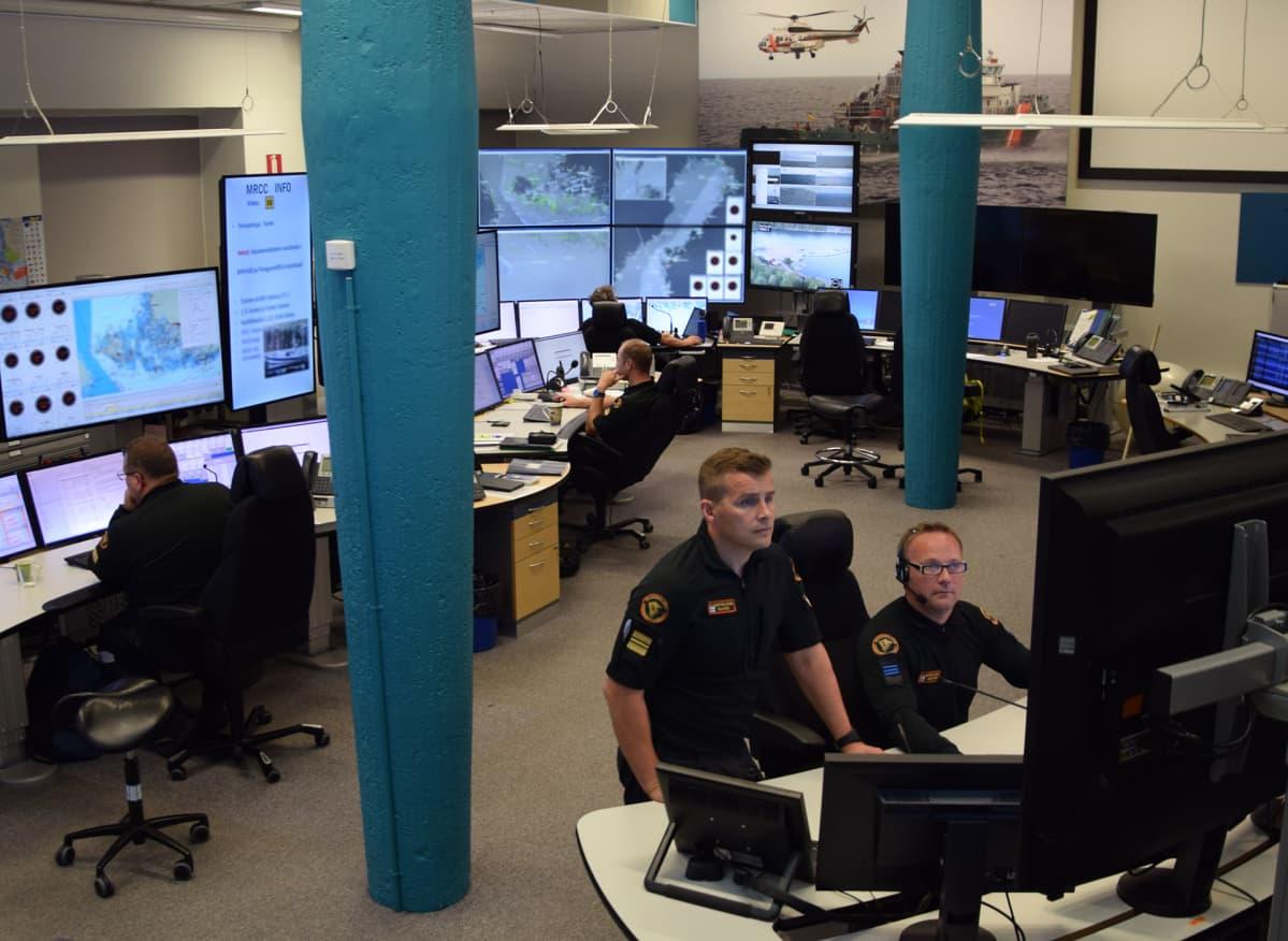 Varapäällikkö Samu Hiljanen ja operaattori Robin Lindström seuraavat meriliikennettä Länsi-Suomen merivartioston johtokeskuksessa.
