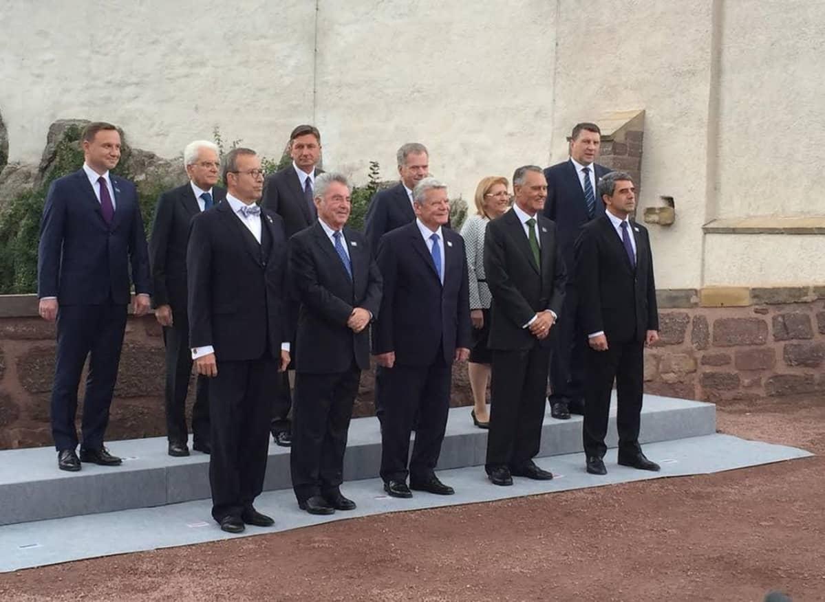Presidentti Niinistö ryhmäkuvassa yhdessä Bulgarian, Viron, italian, Latvian, Maltan, Itävallan, Puolan, Portugalin ja Slovenian presidenttien kanssa keskiaikaisen Wartburgin linnnan edustalla.