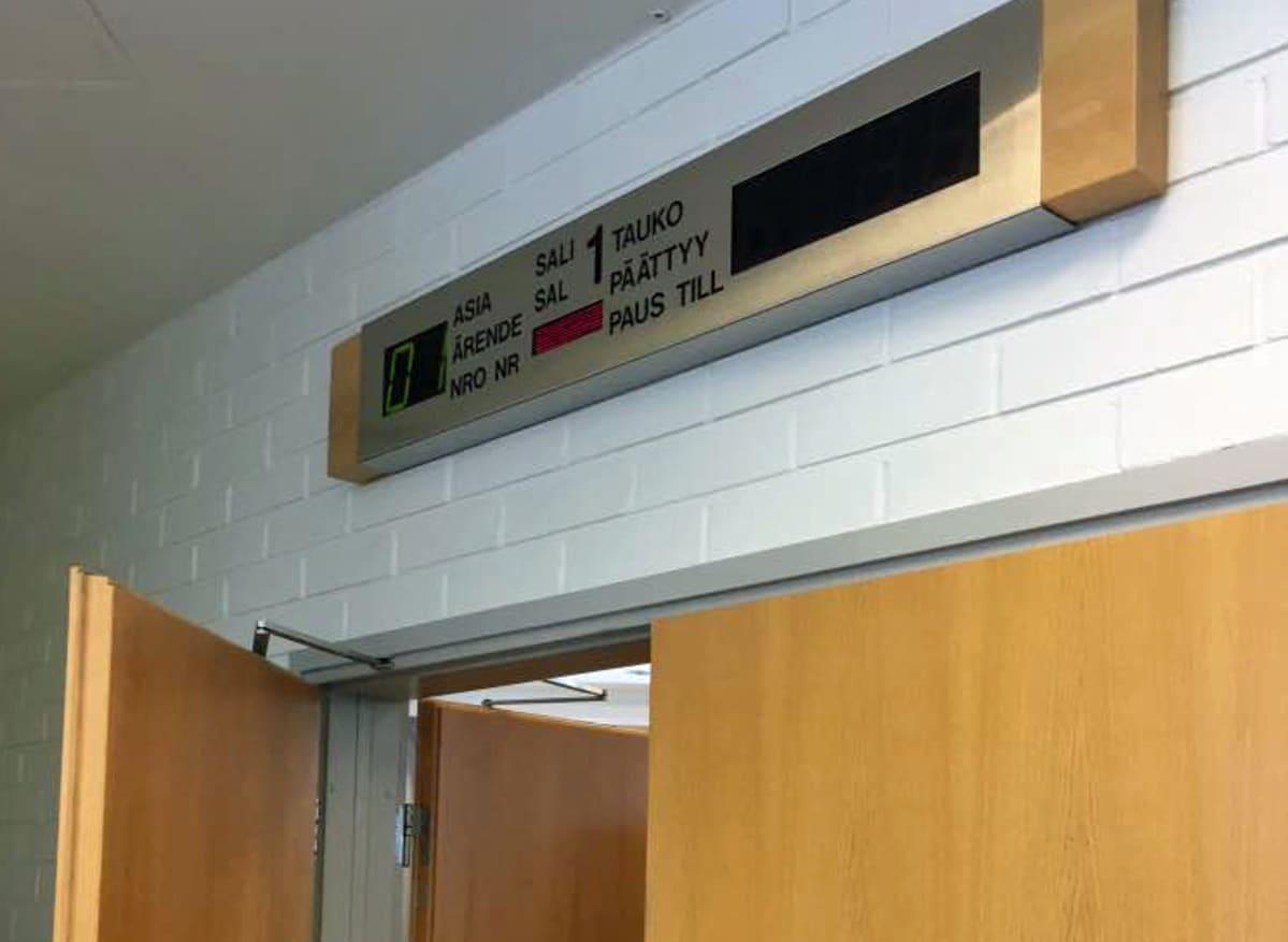 Pohjanmaan käräjäoikeuden Kokkolan istuntosalin ovi.