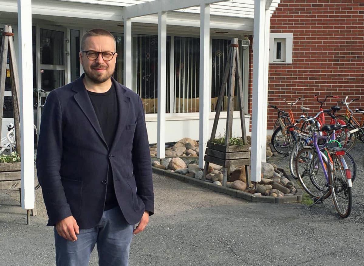 Tommi Hyytinen on Kälviän musiikkileirin käyrätorven soiton opettaja.