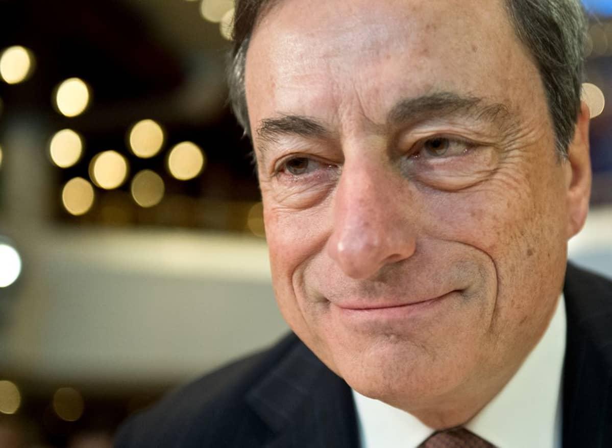Euroopan Keskuspankin pääjohtaja Mario Draghi Frankfurtin pankkiirikongressissa perjantaina 21. marraskuuta 2014.