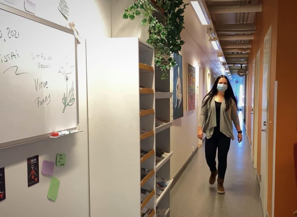 Seinäjoen kaupungin päihdeklinikan vastaava sosiaaliterapeutti Niina Suokas kävelee päihdeklinikan käytävällä.