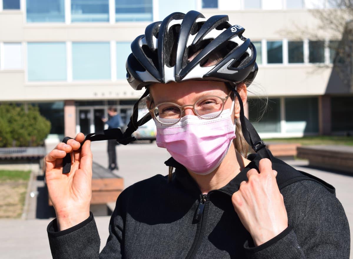 Tutkija, filosofi Helena Siipi riisuu pyöräilykypäräänsä.