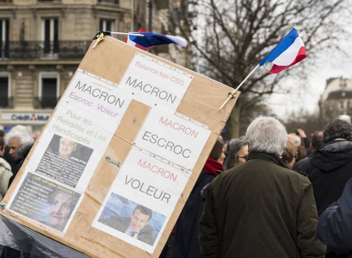 Entinen ambulanssikuski Jean-Felix Talonne kantoi kylttiä, jossa syytti presidenttiä konnaksi ja huijariksi.