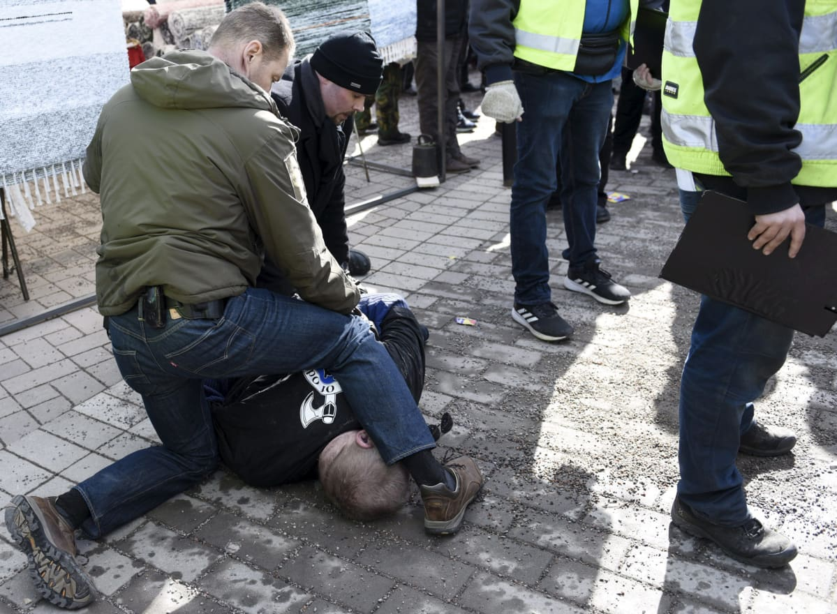 Soldiers of Odin -paitainen mies yritti lyödä sinisten ulkoministeri Timo Soinia.