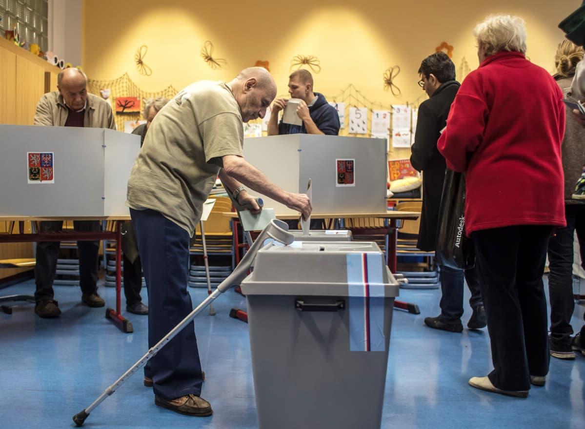 Eläkeläisiä äänestämässä.