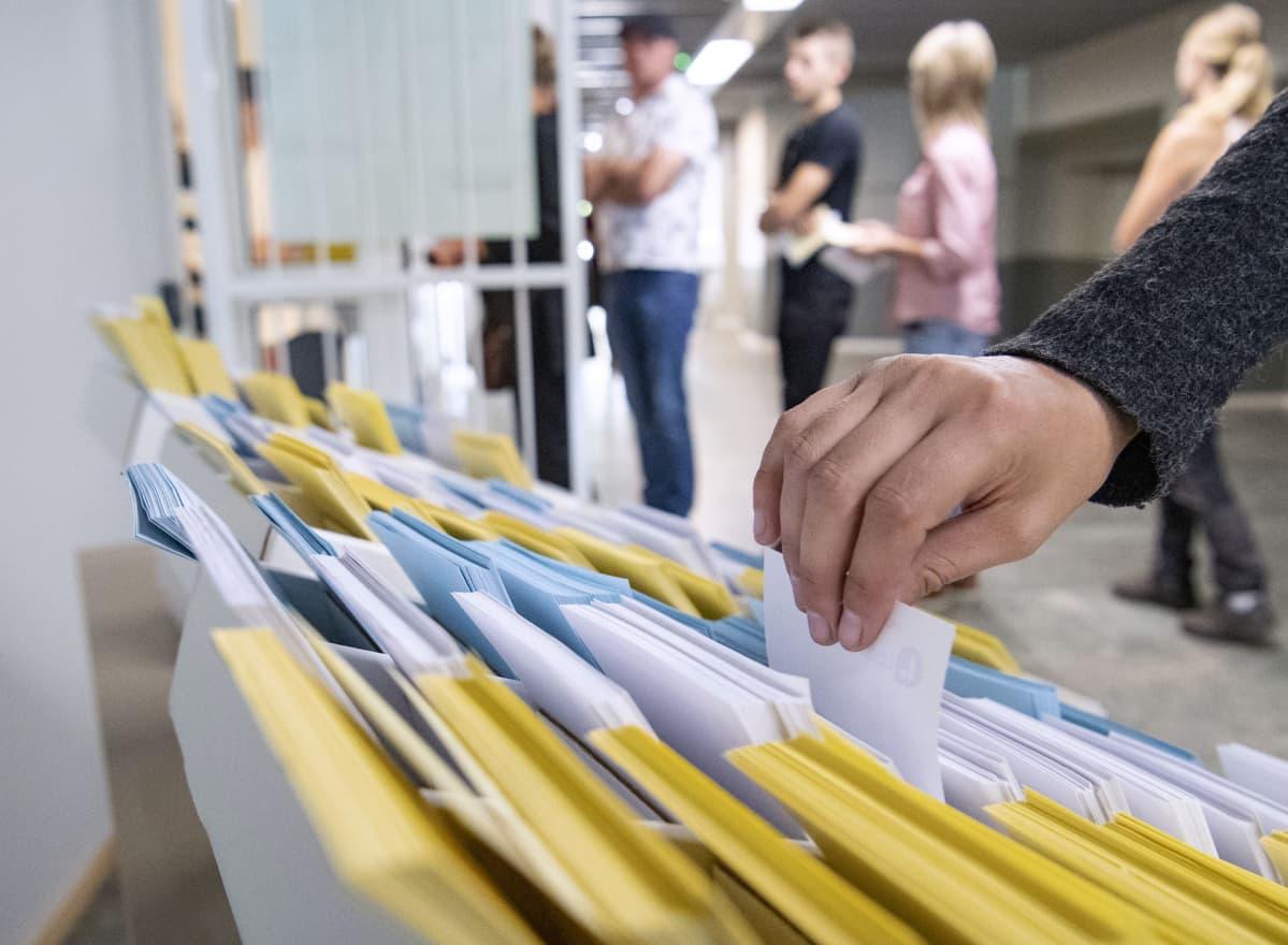Äänestäjiä Ruotsissa.