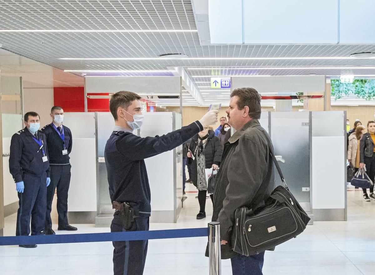 Lämpöskannerilla tutkittiin matkustajien lämpöä Chisinaun lentoasemalla Moldovassa tiistaina 25.2.