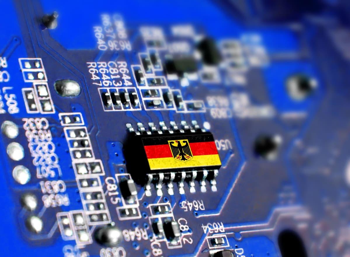 Tietokoneen piirilevy, jolla Saksan lippu.