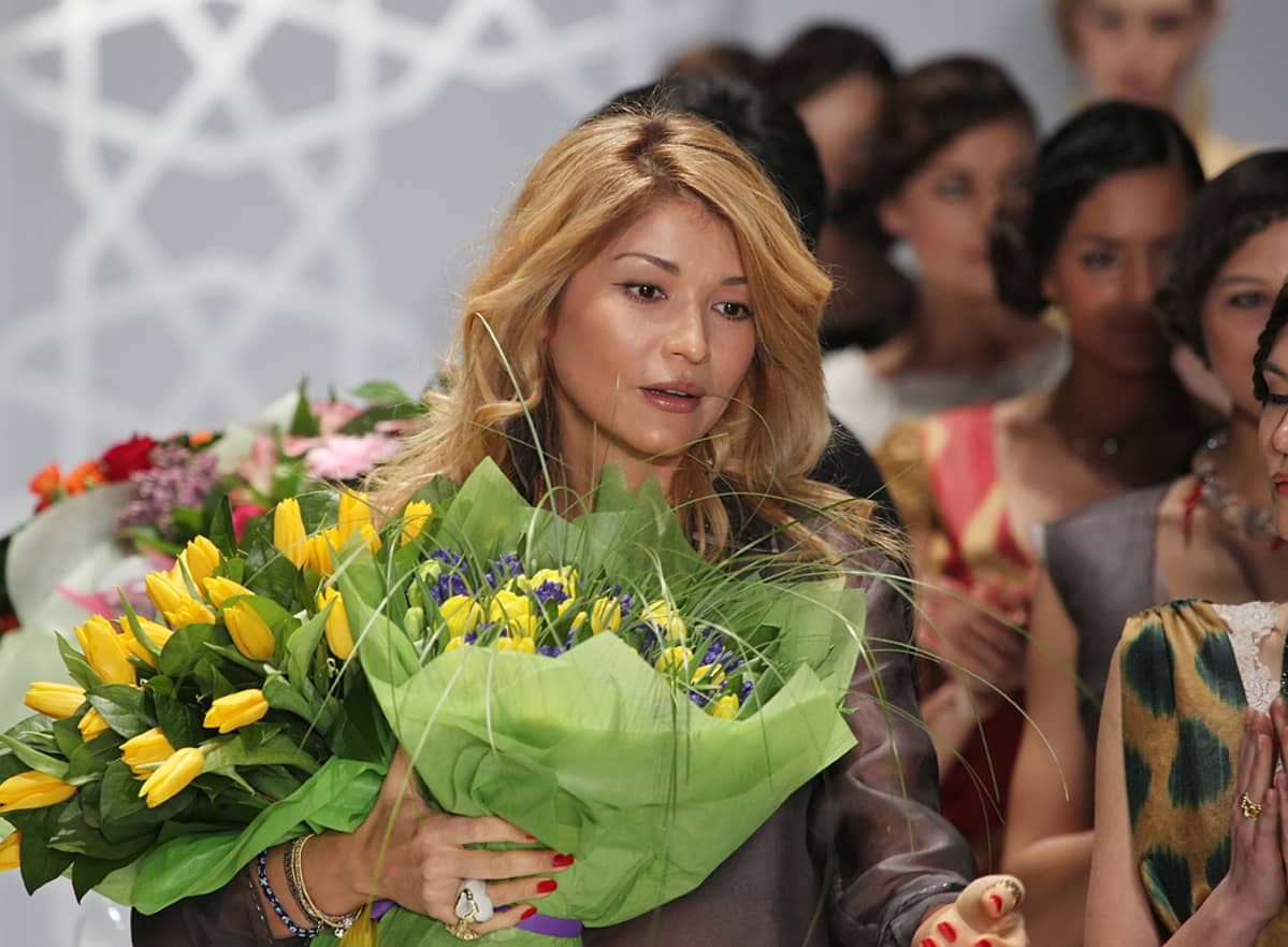 Gulnara Karimova kiittää yleisöä hänen GULI-vaatemerkkinsä muotinäytöksen jälkeen Moskovan muotiviikolla.