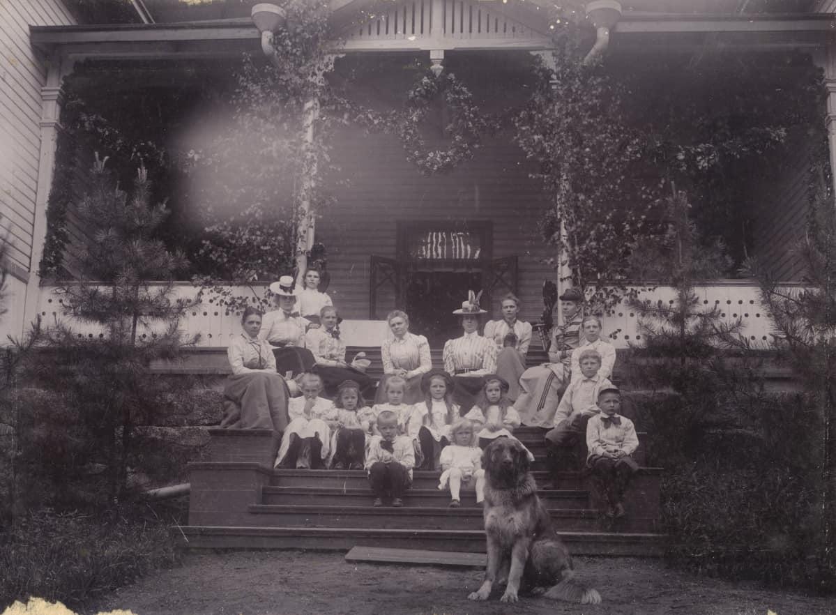 kartanon väkeä ja koira musatavalkokuvassa kartanon portailla vuonna 1899, Kirjokiven kartano, Valkeala, Kouvola, Vuohijärvi