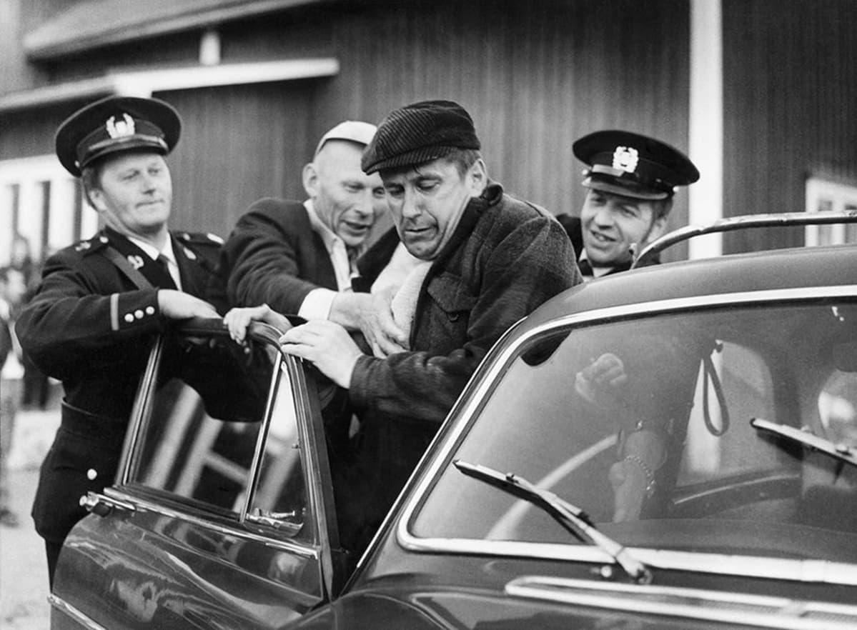 Kuva Mikko Niskasen ohjaamasta televisioelokuvasta Kahdeksan surmanluotia (1972).
