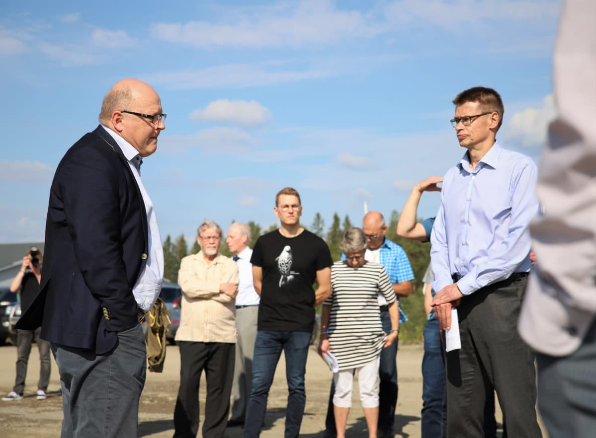 Finnpulpin projektijohtaja Timo Piilonen esitteli havusellutehtaalle suunniteltua paikkaa elokuussa KHO:n puheenjohtaja ja presidentti Kari Kuusiniemelle.