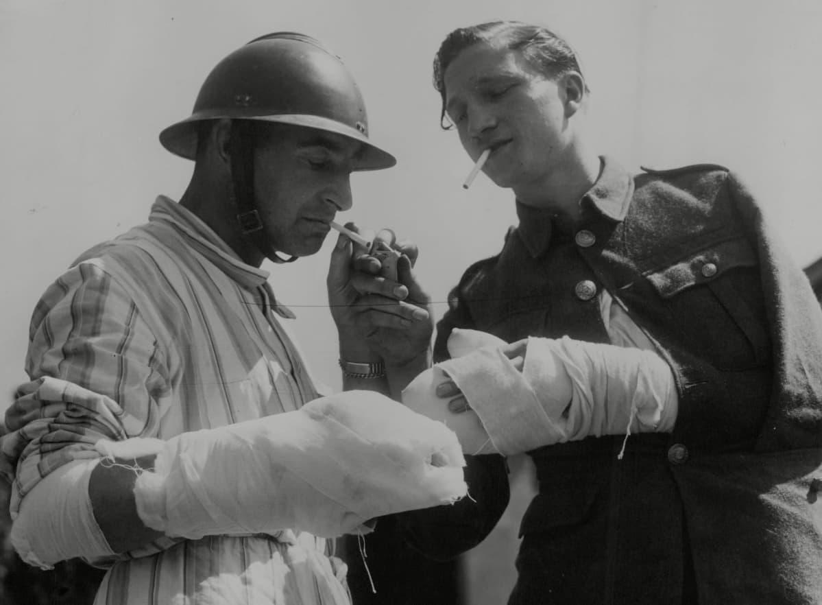 Kaksi sotilasta tupakalla.