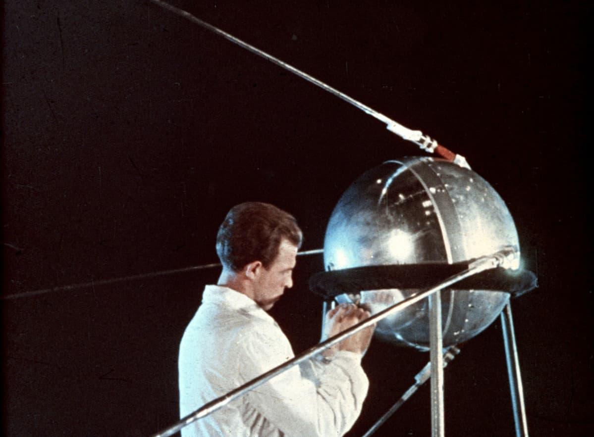 Neuvostoliitto laukaisi ensimmäisenä maailmassa keinotekoisen Maata kiertävän satelliittin Sputnik 1:en vuonna 1957.
