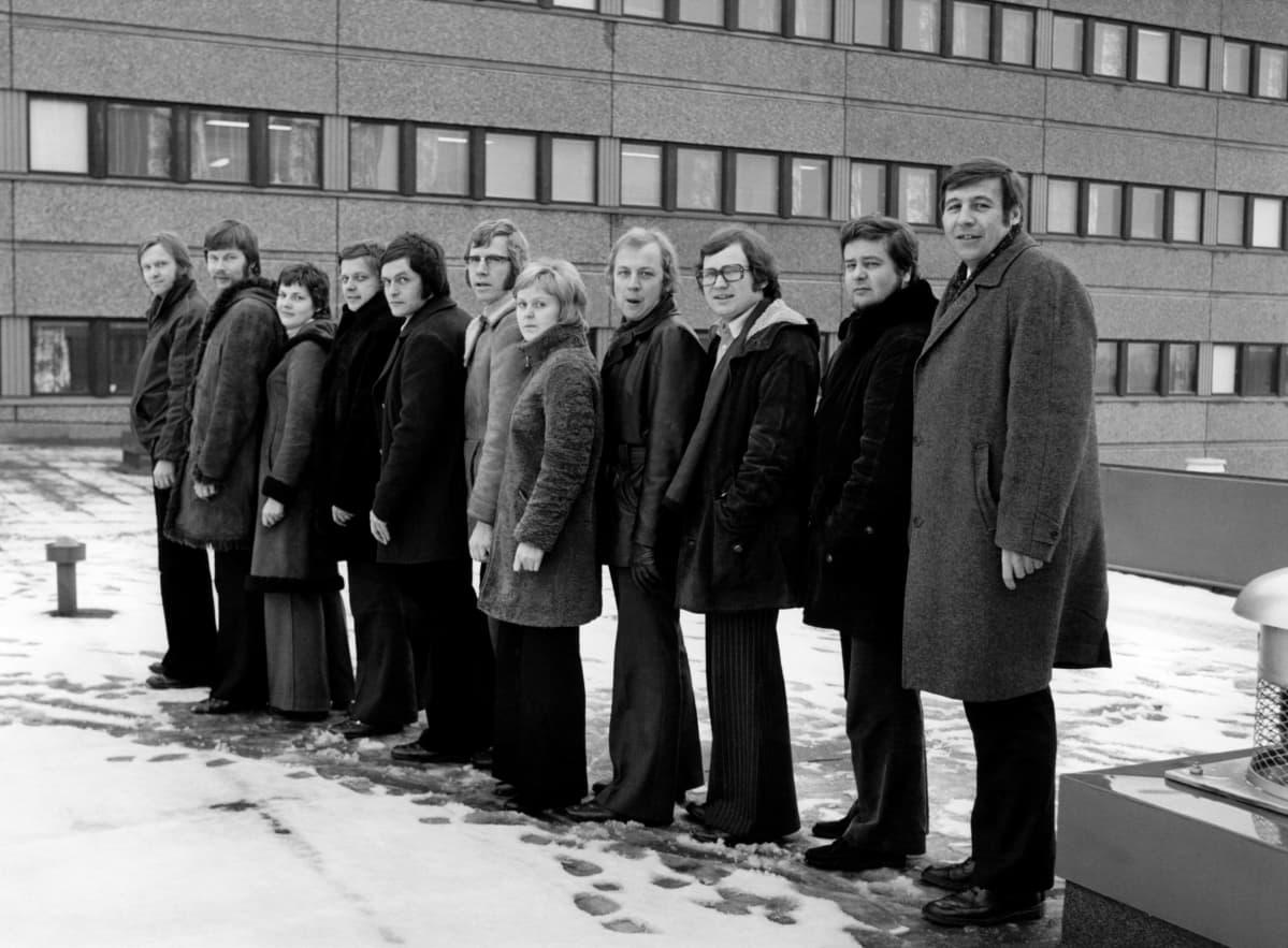 70-luvun alun tiukka ja trendikäs tiimi Tohlopin tv-keskuksen katolla valmiina taistoon