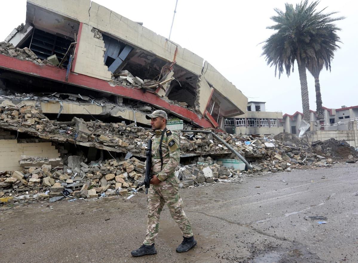 Irakin armeijan sotilas partioi Länsi-Mosulissa