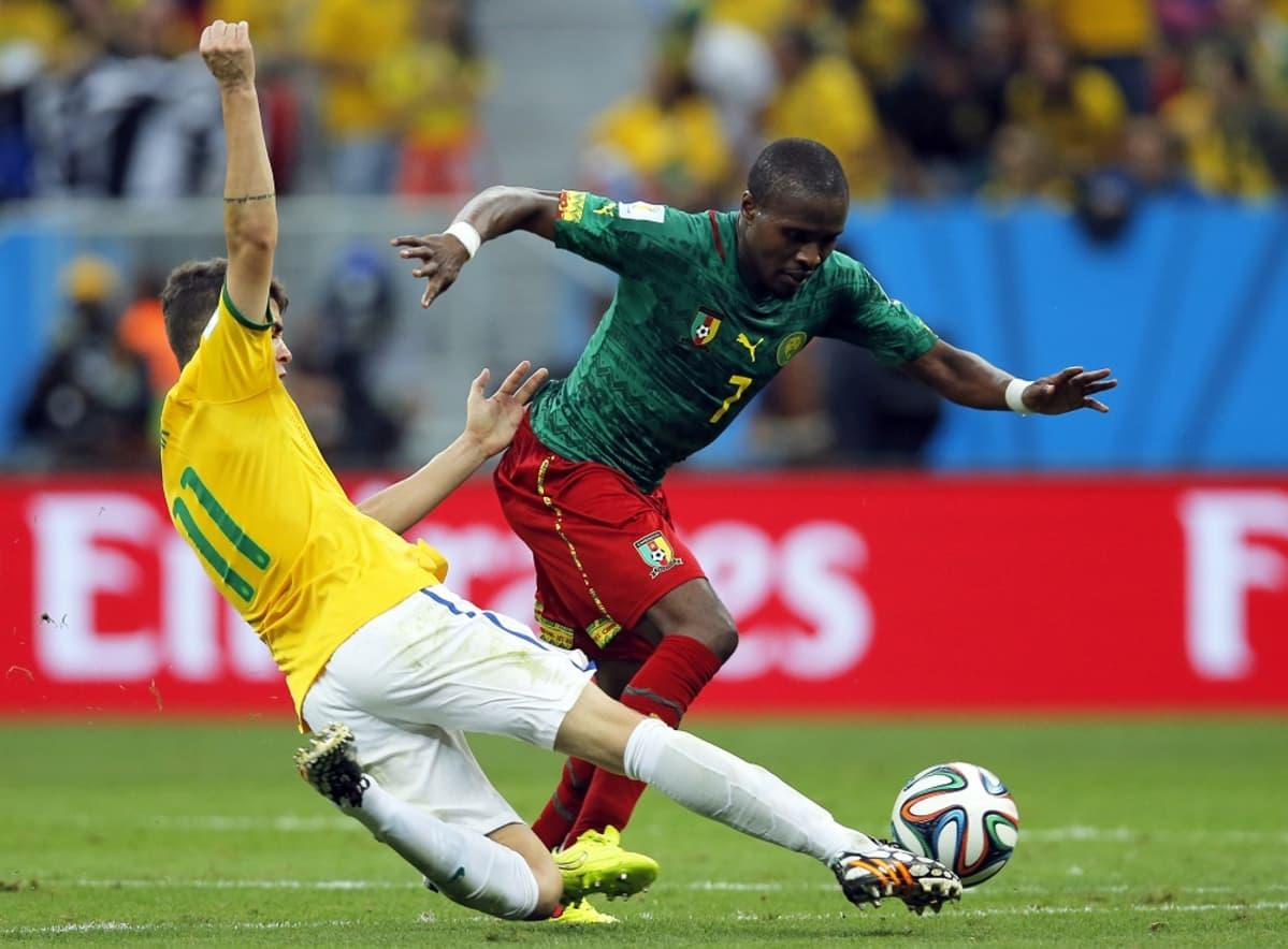 Brasilian Oscar taklaa Kamerunin Landry NGuemoa.