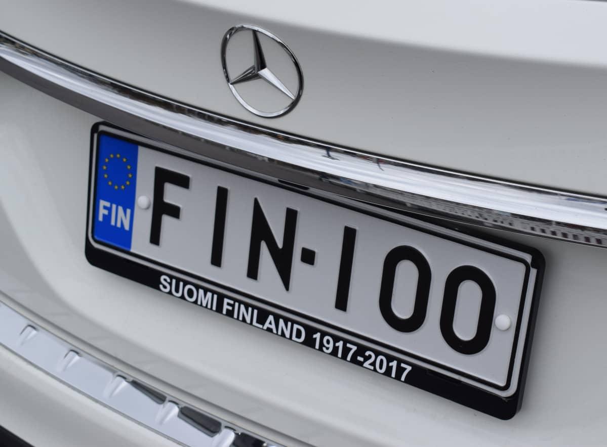 FIN-100 yhdistelmä rekisterikilvessä.