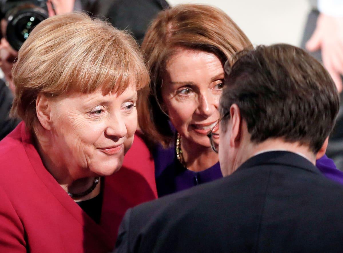 Angela Merkel  juttelee Nancy Pelosin kanssa.
