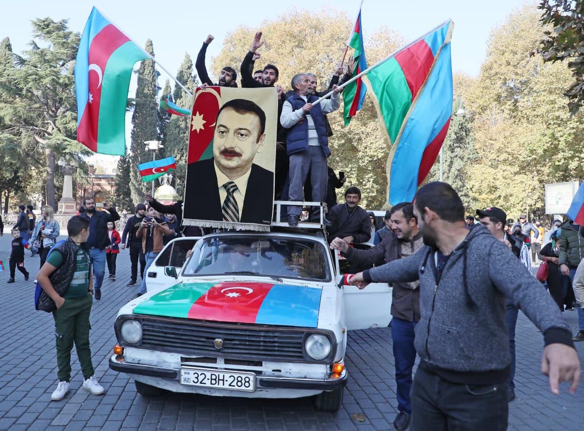Ihmiset juhlivat Azerbaidzanissa Vuoristo-Karabahin sodan voittoa