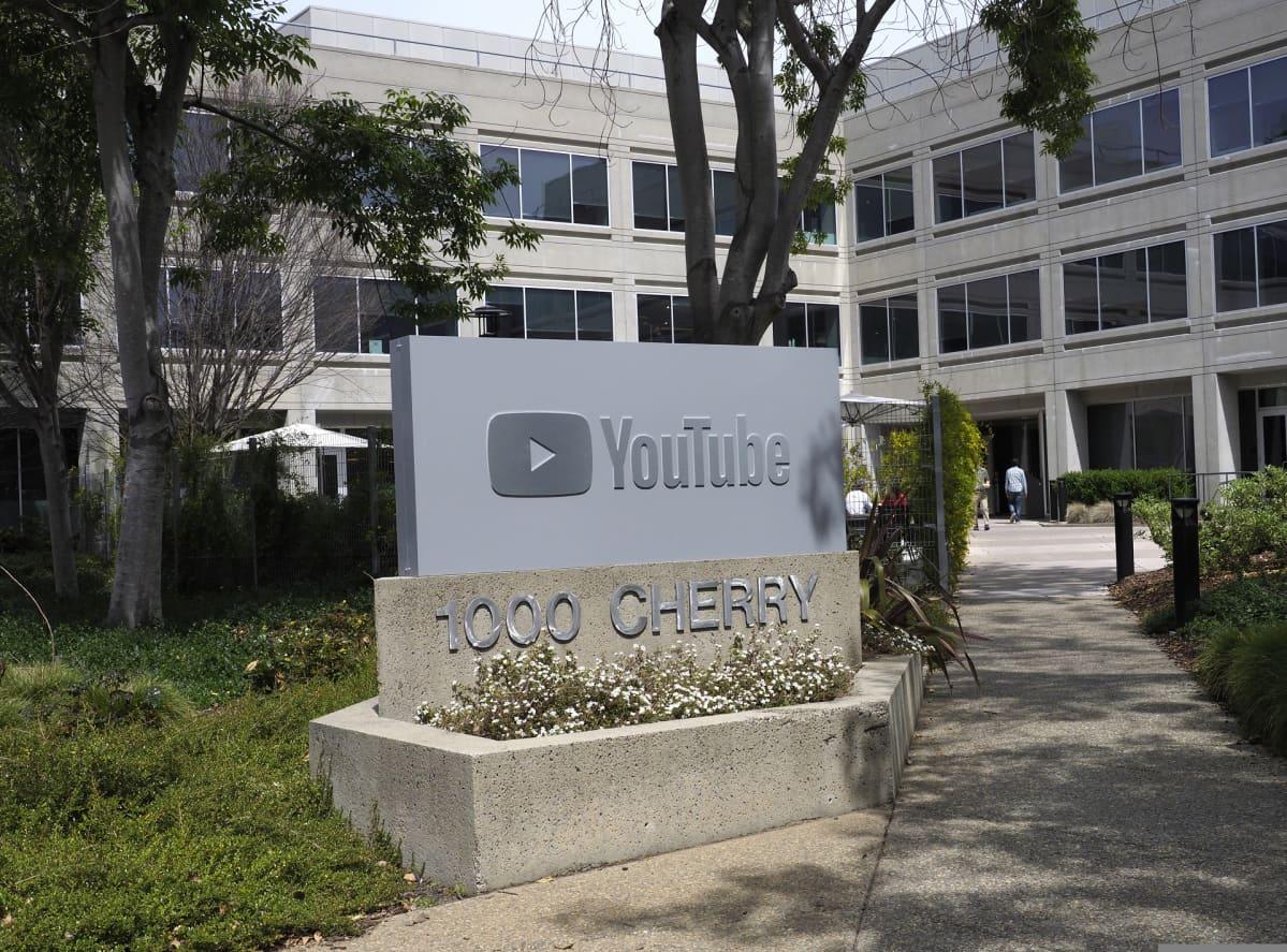YouTuben pääkonttorin edessä on yrityksen iso logo, tastalla päärakennus.