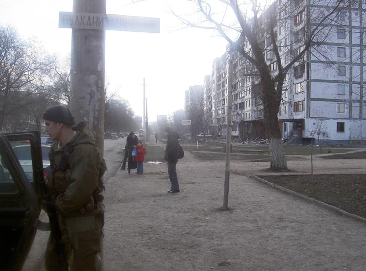 Sotilaita Groznyn Pervomajskaja-kadulla