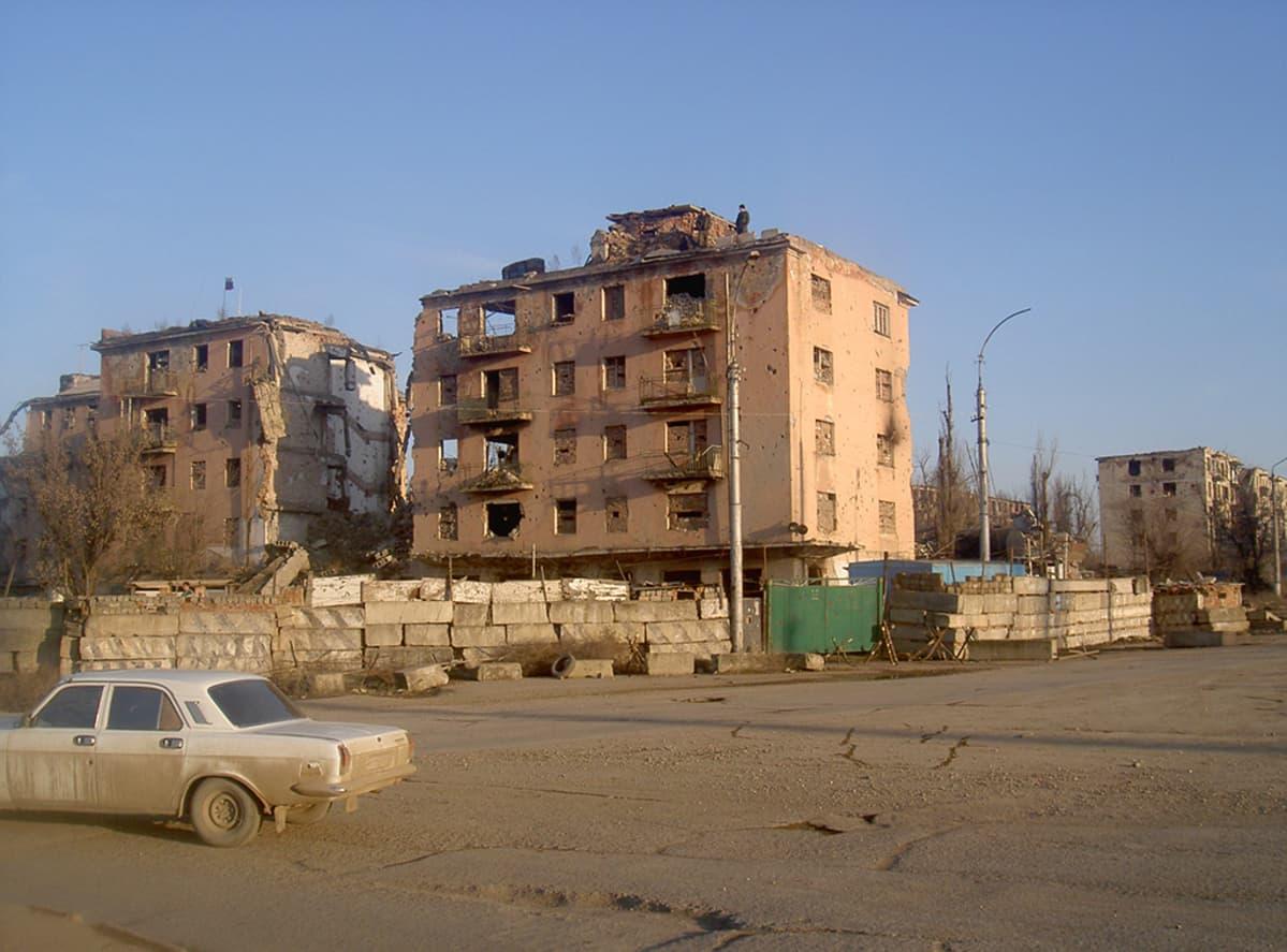 pommituksissa tuhoutuneita kerrostaloja