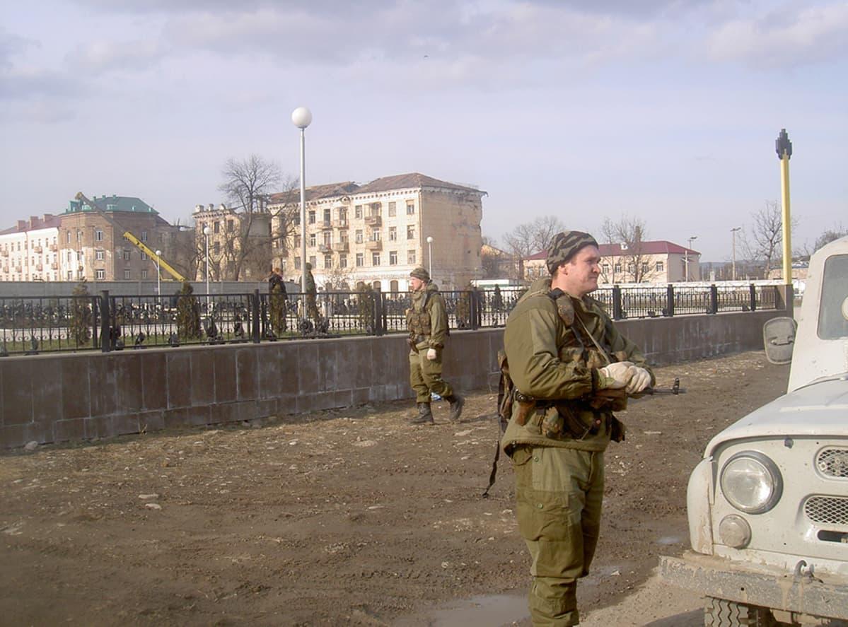 Sotilaita vartiossa Groznyssä 2004